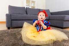 Behandla som ett barn med den halloween partidressingen Arkivbild