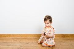 Behandla som ett barn med den smarta telefonen Fotografering för Bildbyråer