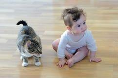 Behandla som ett barn med djuret Arkivbild