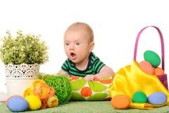 Behandla som ett barn med easter färgade ägg Arkivfoto