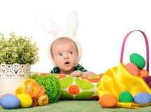 Behandla som ett barn med easter färgade ägg Arkivbild