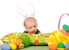 Behandla som ett barn med easter färgade ägg Fotografering för Bildbyråer