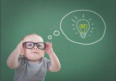 Behandla som ett barn med exponeringsglas har en idé royaltyfria bilder