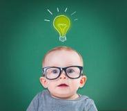 Behandla som ett barn med exponeringsglas har en idé royaltyfri bild