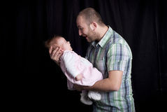 Behandla som ett barn med fadern royaltyfri foto
