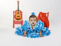 Behandla som ett barn med flamencoklänningen Arkivbilder