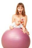 Behandla som ett barn med fostrar på kondition klumpa ihop sig Royaltyfri Foto