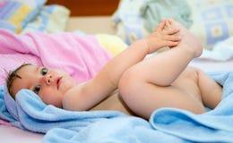 Behandla som ett barn med handduken royaltyfria bilder