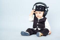 Behandla som ett barn med headphonen Royaltyfri Foto