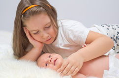 Behandla som ett barn med hennes syster Royaltyfria Bilder