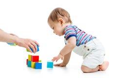 Behandla som ett barn med konstruktionsuppsättningen över vit bakgrund Arkivfoto