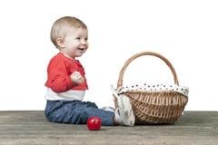 Behandla som ett barn med korgen av äpplen som placeras på en gammal trätabell Arkivfoton
