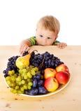 Behandla som ett barn med maträtten av frukt arkivfoton