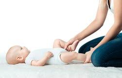 Behandla som ett barn med mumen gör massage Arkivfoto