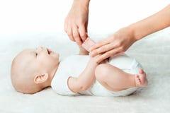 Behandla som ett barn med mumen gör massage Fotografering för Bildbyråer