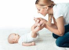 Behandla som ett barn med mumen gör massage Arkivfoton