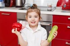 Behandla som ett barn med peppar och zucchinin Royaltyfri Foto
