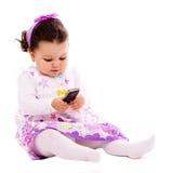 Behandla som ett barn med ringer mobil Arkivbilder