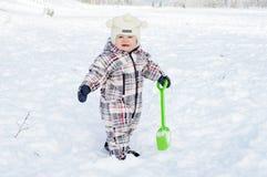 Behandla som ett barn med skyffeln i vinter Fotografering för Bildbyråer