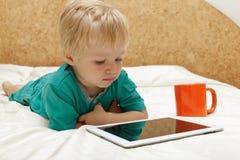 Behandla som ett barn med touchblocket hemma Royaltyfri Bild
