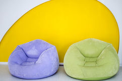Behandla som ett barn mjuk mångfärgad stol Fotografering för Bildbyråer