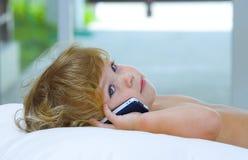 behandla som ett barn mobilen royaltyfria bilder