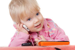behandla som ett barn mobilt telefonsamtal för gullig flicka Fotografering för Bildbyråer