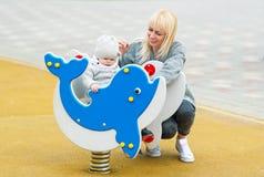 Behandla som ett barn, modern och delfin Arkivfoton