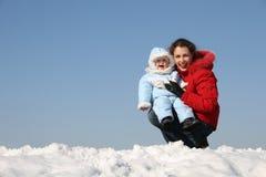 behandla som ett barn modern sitter leende Fotografering för Bildbyråer