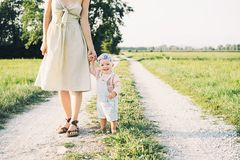 behandla som ett barn modern utomhus Familj p? naturen royaltyfri bild