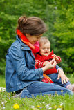 behandla som ett barn moderparken Arkivbilder