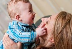 behandla som ett barn modersonen Arkivfoton