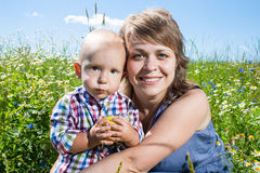 behandla som ett barn moderståenden Arkivfoto