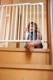 Behandla som ett barn nära säkerhetsporten Arkivfoton