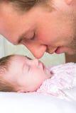Behandla som ett barn näsan arkivbild