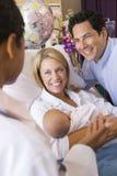 behandla som ett barn nya föräldrar för doktorn som talar till Fotografering för Bildbyråer