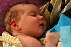 behandla som ett barn nyfödd sömn royaltyfri bild