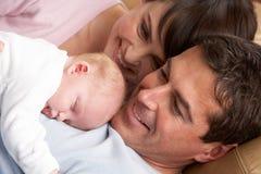 behandla som ett barn nyfödda den stolt förälderståenden Arkivbild