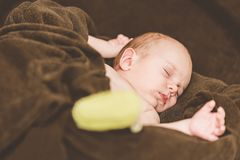 behandla som ett barn nyfödda sömnar fotografering för bildbyråer