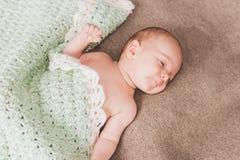behandla som ett barn nyfödda sömnar arkivfoto
