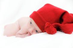 behandla som ett barn nyfödda sömnar för hatten Royaltyfri Fotografi