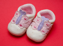 behandla som ett barn nyfödda skor Arkivfoto