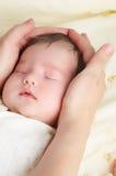 behandla som ett barn nyfött Arkivfoton