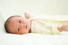 behandla som ett barn nyfött arkivfoto