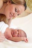 behandla som ett barn nyfött barn för den härliga pojkemodern Arkivfoto