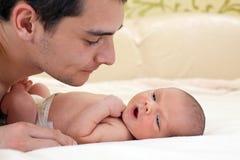behandla som ett barn nyfött barn för pojkefadern Royaltyfri Bild