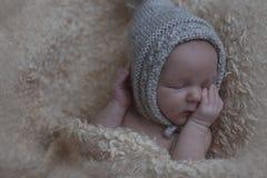behandla som ett barn nyfött sova behandla som ett barn den gulliga hatten Arkivfoto