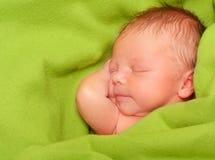 behandla som ett barn nyfött sova för pojke Arkivbild