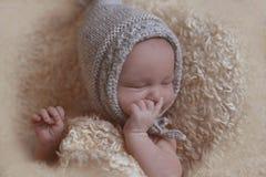 behandla som ett barn nyfött sova behandla som ett barn hatten Fotografering för Bildbyråer