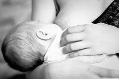 behandla som ett barn nyfödd matning Royaltyfria Bilder